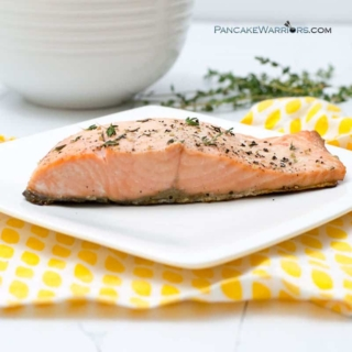 This simple salmon recipe is ready in 7 minutes! This healthy salmon recipe is perfect for busy nights! Paleo, gluten free, whole30. | www.pancakewarriors.com