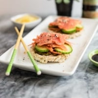 These smoked salmon sushi rice cakes are the perfect lunch or snack recipe! Gluten free, paleoish, and ready in under 5 minutes. Also no cooking required, so perfect for anytime! |#smokedsalmon #sushi #glutenfree